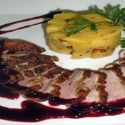 Chuťové pohárky pozor! Máme tu pro vás kachní prsa s jablkových salátem na růžovém pepři s bramborovými koláčky.
