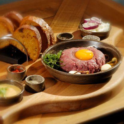 75 Kč za 100 g tatarského bifteku, 6 ks topinek v hodnotě 99 Kč