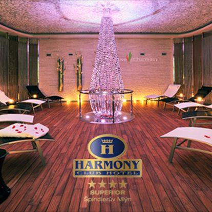 Senzační třídenní pobyt pro 2 osoby plný wellness a relaxace v luxusním Harmony Club hotelu **** ve Špindlerově Mlýně se slevou 40 %! Užijte si s partnerem krásné babí léto ve Špindlu díky tomuto přepychovému pobytu se snídaní, romantickou večeří, vstupem do luxusního saunového světa, bazénu a whirlpoolu,za skvělou cenu 3990 Kč!