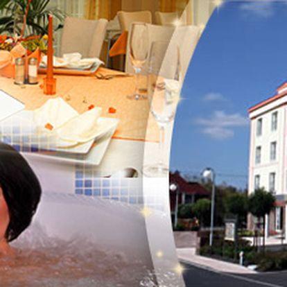 ZIMNÍ WELLNESS POBYT PRO DVĚ OSOBY ve Františkových Lázních!! Ubytování na 3 dny/ 2 noci se snídaní v hotelu Francis Palace**** , 2x luxusní večeře, masáž zad a šíje, vanová koupel, vstup do solné jeskyně, hotelového fitness centra a bazénu s vířivkou, to vše za 3320 Kč!!