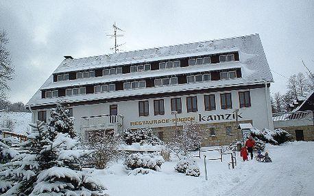 Užijte si ničím nerušený odpočinek, 3 denní pobyt pro 2 osoby včetně polopenze za 1 799 Kč v NP České Švýcarsko! Krásný romanticky pobyt v malebné přírodě s pískovcovými skalami, soutěskami a vodopády v penzionu Kamzík. Pro lyžaře je v blízkosti hotelu sjezdovka a v ceně poukazu je i 10 jízd!!! Po návratu z lyží na Vás bude čekat horká sauna a před večeří si můžete pinknout pink-ponk.