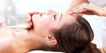 Mezoterapie obličeje kyselinou hyaluronovou a komplexem vitamínů u profesionálu z Estetické medicíny.