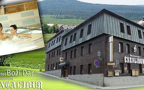 Pohodový pobyt pro 2 osoby v hotelu Boží Dar Excalibur s bohatou polopenzí, lahví vína, vstupem do Aquacentra Agricola, vstupem do božídarského muzea a mnoho dalšího!! Vychutnejte si krásy drsné přírody Krušných Hor a zrelaxujte. To vše o polovinu levněji!!