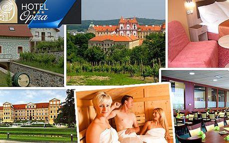 Romantický pobyt pro 2 osoby na 3 dny v Hotelu Opera*** pouhých 100 m od krásného barokního zámku a romantické zámecké zahrady v Jaroměřicích nad Rokytnou. Snídaně, večeře při svíčkách, láhev vína, sauna, bowling a kulečník