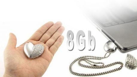 Luxusní USB flash disk ve tvaru srdce osázený kamínky, s kapacitou 8GB za atraktivní cenu 329 Kč VČETNĚ POŠTOVNÉHO poštovného! Stylová přenosná paměť!