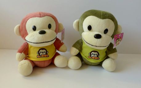 plyš sedící opice v tričku - hnědá