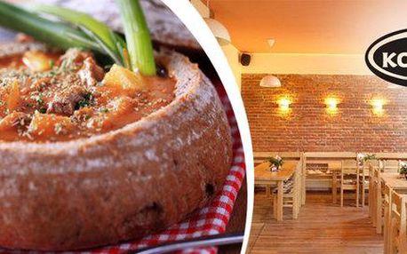 Tradiční hovězí guláš v bochníku chleba