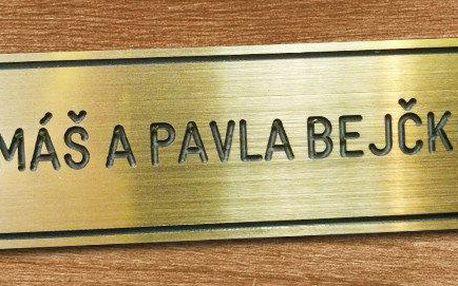 Dveřní štítek s vygravírovaným jménem