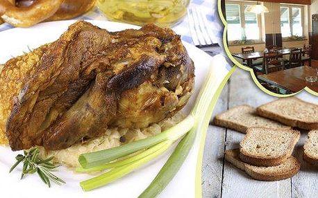 Pečené vepřové koleno - 1200g měkoučkého masa s chlebem, křenem, hořčicí a kozími rohy. Pořádná porce pro skutečné fajnšmekry připravená z těch nejlepších surovin! Senzační chuť a skvělé prostředí v restauraci Pod Jasanem.