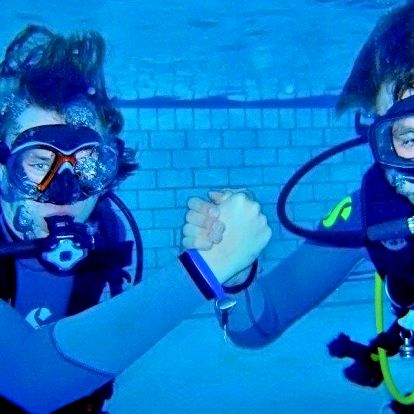 Zkušební ponor v bazénu – adrenalin pod hladinou