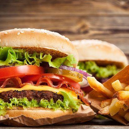 Dva cheeseburgery se šťavnatým masem a hranolky