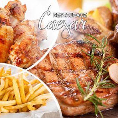 1,5kg vepřového a kuřecího masa s hranolkami, oblohou, 3 druhy omáček a chlebem pro 4 až 6 osob v restauraci Caesar.