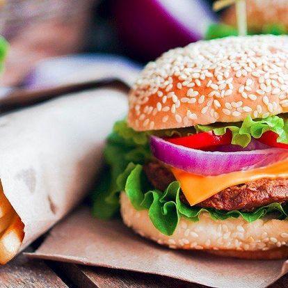 Burger se zelným salátem a hranolky