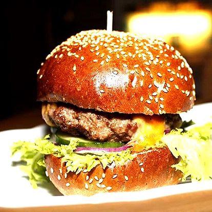 Hovězí burger z jihoamerického býka, čedar, rajčata a BBQ omáčka s hromadou domácích hranolek.
