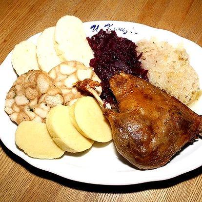 Dozlatova pečená kachna na jablkách a rozmarýnu s knedlíky a zelím v restauraci U Kroužků.