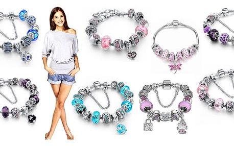 Módní náramky v různých variantách, každý se skládá z ozdobných korálků a ornamentů. Nechte se hýčkat krásným náramkem s naší kolekce luxusních náramků v široké paletě barev a detailů. Náramky jsou poskládané z krásných korálků s krystaly.