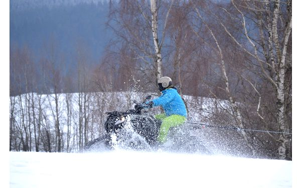 Motoskijöring: adrenalinová jízda na lyžích či snowboardu tažených čtyřkolkou3