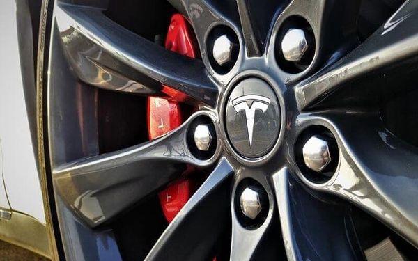 Projeďte se v limuzíně s duší supersportu: Tesla Model S2