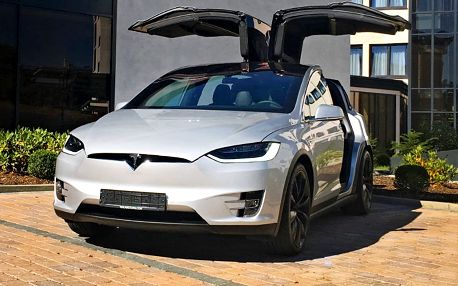 Tesla – auto budoucnosti na 15 min. i celý měsíc