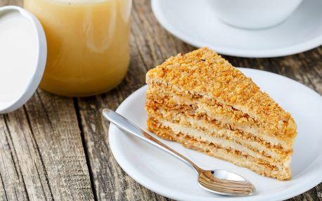 Káva či džus a slaďoučký medovník pro 1 i 2