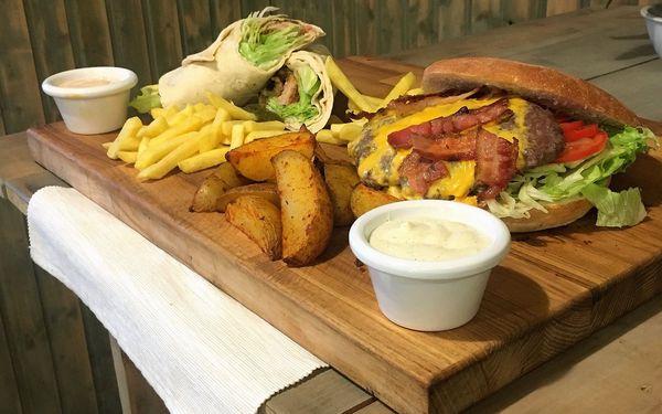 Jídlo jak se patří: menu s burgerem, pitou i s hranolky pro 2 i 4 osoby3