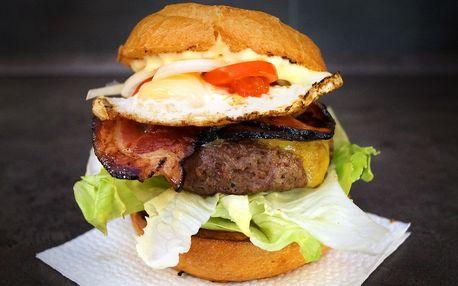 Hovězí burger se slaninou, vajíčkem a hranolky