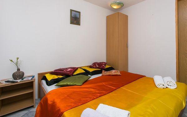Dvoulůžkový pokoj s manželskou postelí a sdílenou koupelnou2