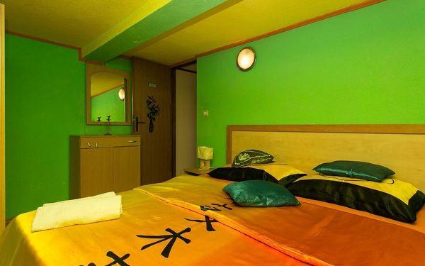 Dvoulůžkový pokoj s manželskou postelí a sdílenou koupelnou3