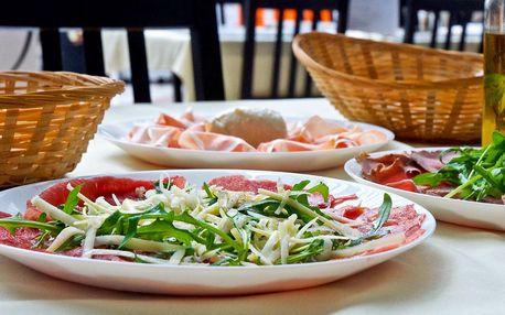 Carpaccio z hovězího masa s rukolou a sýrem grana