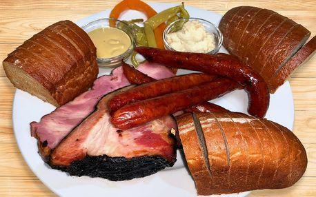 Talíř plný grilovaného nebo uzeného masa