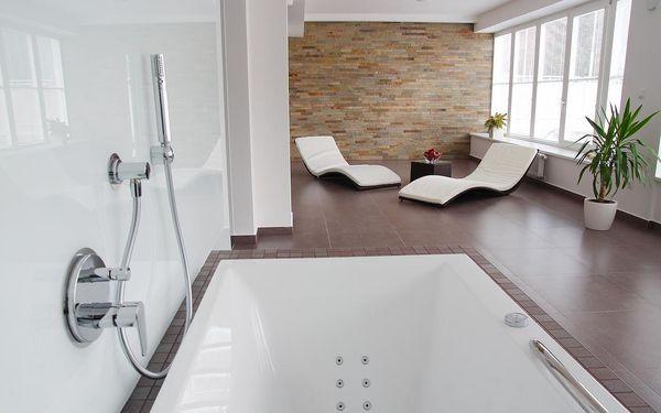 Dvoulůžkový pokoj typu Standard s oddělenými postelemi a vanou3