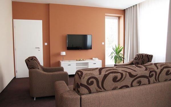 Dvoulůžkový pokoj typu Standard s oddělenými postelemi a vanou4