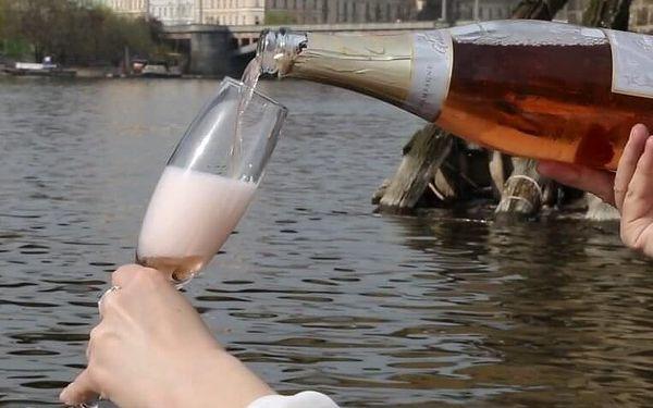 Plavba po Vltavě s lahví šampaňského | Praha | duben – září | cca 1 hodina4