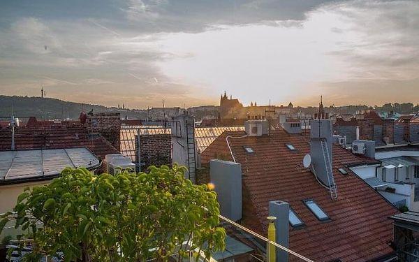 Střešní vířivka s výhledem na Pražský hrad