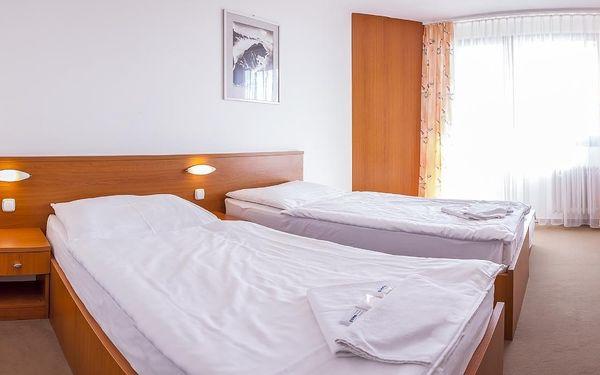 Dvoulůžkový pokoj s oddělenými postelemi a balkonem2