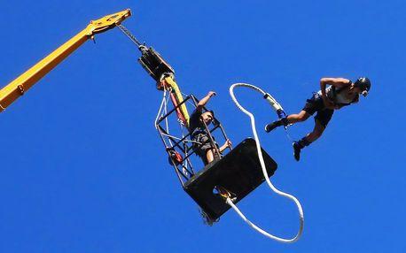Bungee jumping z jeřábu: volný pád až ze 110 m