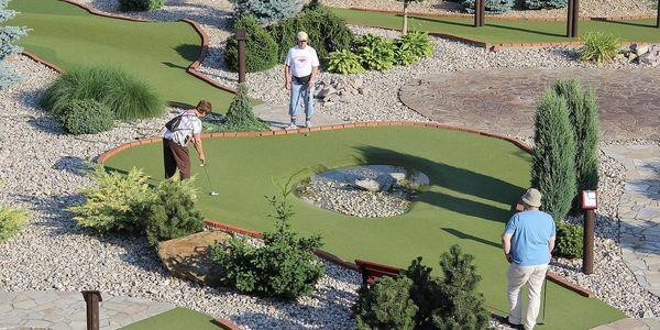 Venkovní adventure golf: hodinová zábava pro 2 dospělé i rodiny s dětmi2