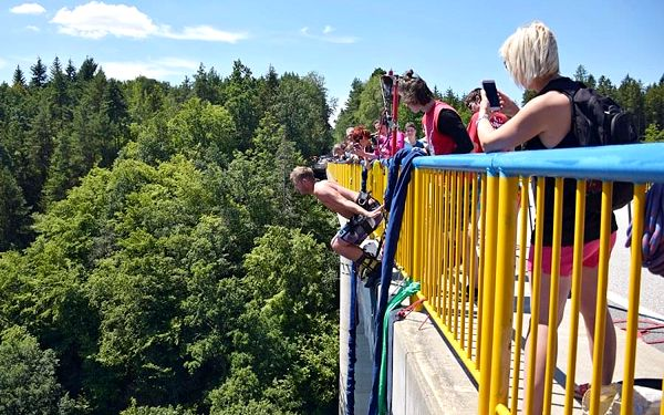 Bungee jumping Zvíkov | Písek | od poloviny května – konec září | 30 minut5