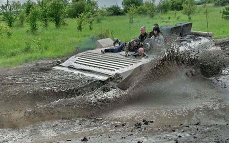 Jízda ve slavném obrněnci BVP a střelba z Kalašnikova