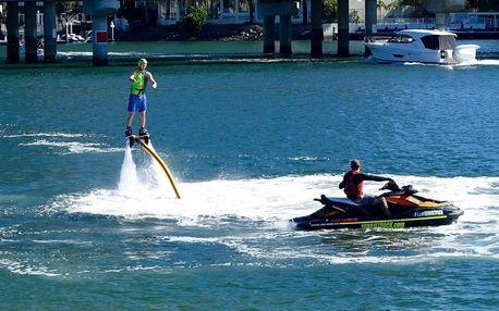 Létání nad vodou na flyboardu