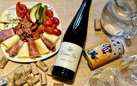 Stáčené víno, láhev či sekt a obložený talířek