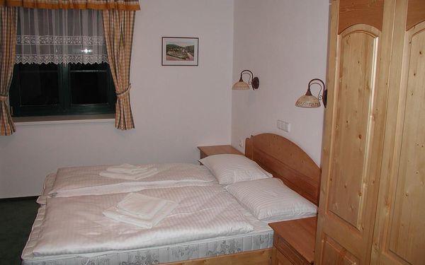Dvoulůžkový pokoj s manželskou postelí a balkonem4