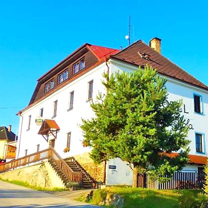 Šumava v hotelu jen 7 km od Lipna s polopenzí + zapůjčení kol či holí na Nordic walking