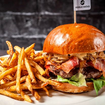 Bacon burger, hranolky a pivo Polička pro 2 os.