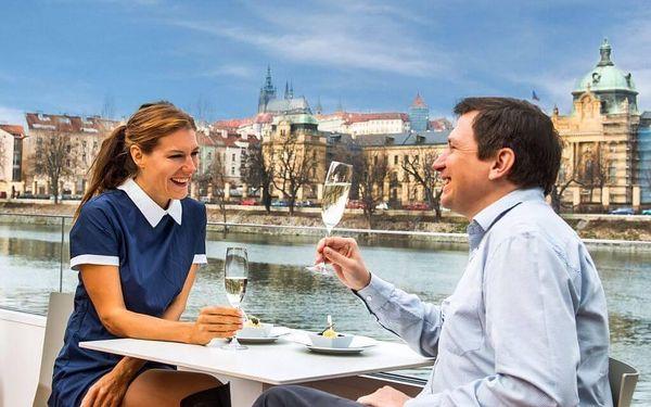 Vyhlídková plavba po Vltavě se sklenkou prosecca pro 24