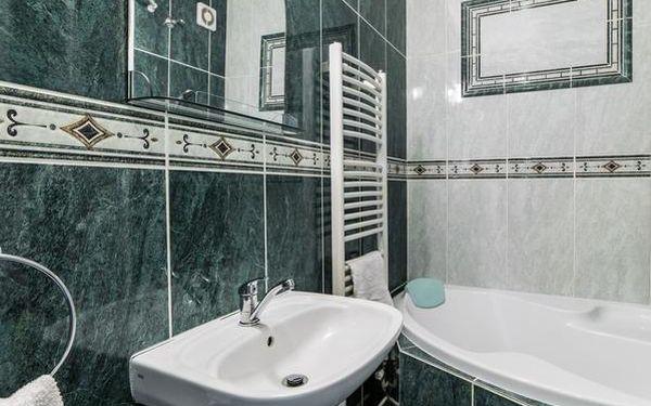 Dvoulůžkový pokoj s manželskou postelí nebo oddělenými postelemi a vlastní koupelnou2