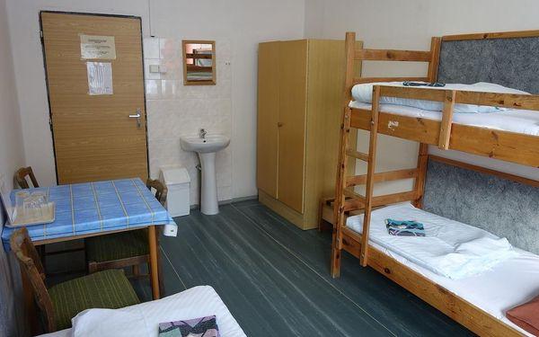 Dvoulůžkový pokoj Standard s manželskou postelí a sdílenou koupelnou4