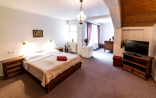 Dvoulůžkový pokoj s manželskou postelí nebo oddělenými postelemi a vlastní koupelnou5