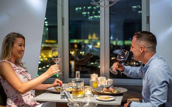 Luxusní noc v Tančícím domě s večeří pro 2 osoby3