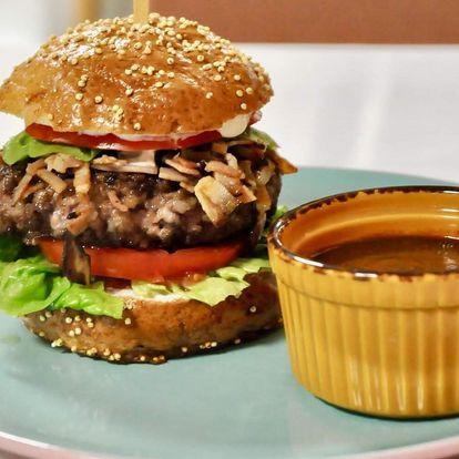 Burger z vyzralého hovězího v domácí bulce se slaninou, sýrem a okurkou